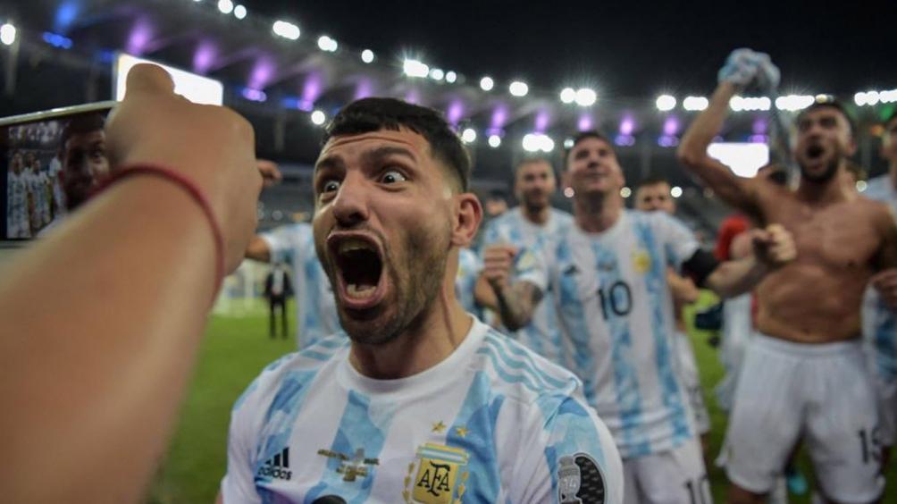 Agüero, feliz y eufórico por la obtención del trofeo continental en tierras brasileñas (Foto: @CopaAmerica)